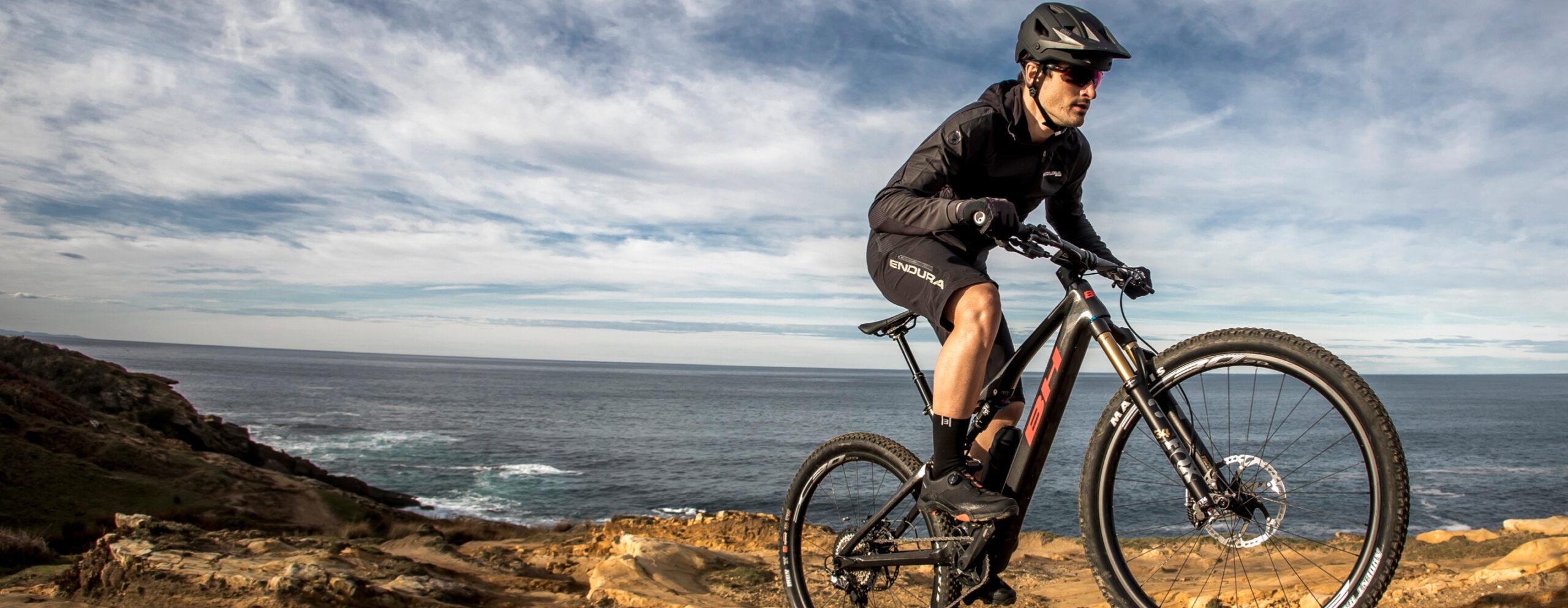cycliste qui fait du velo en bord de mer